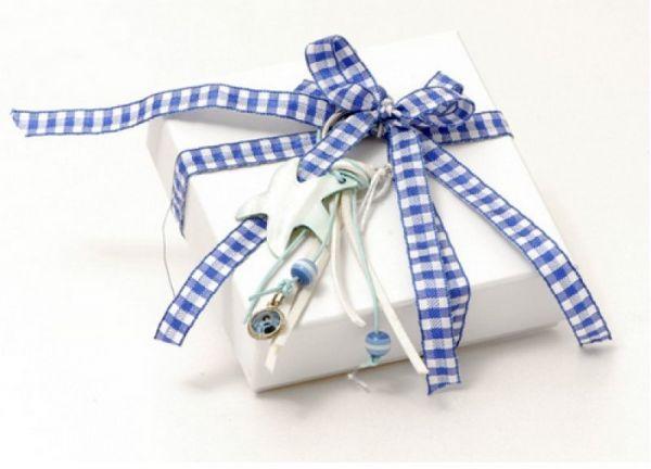 μπομπονιέρα κουτί με καρώ κορδέλα και διακοσμητικό μπρελόκ φίλντισι με κορδόνια και χάντρες, οικονομική μπομπονιέρα
