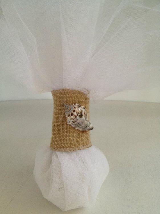 καλοκαιρινή κλασσική μπομπονιέρα γάμου με δέστρα στα τούλια λινάτσα με κοχύλι