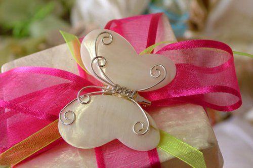 Μπομπονιέρα γάμου με πεταλούδα και φούξια κορδέλα.