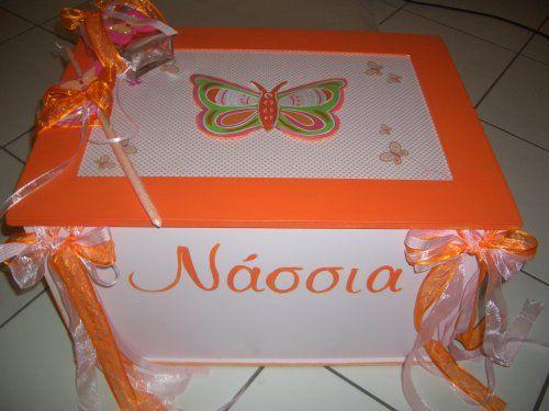Χειροποίητο κουτί βάπτισης σε πορτοκαλί αποχρώσεις με πεταλούδες.