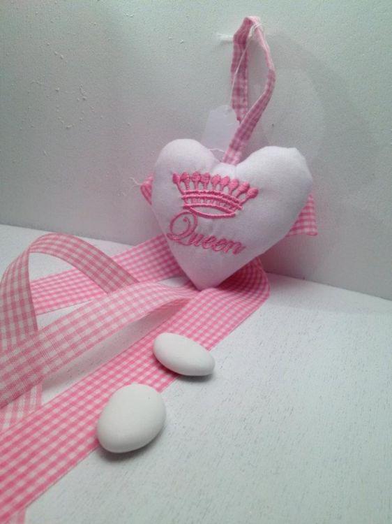 μπομπονιέρα βάπτισης υφασμάτινη καρδιά με κρεμαστά κορδελάκια και κουφετάκια