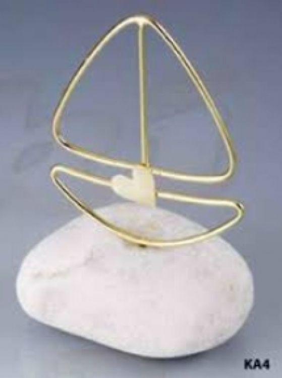 μπομπονιέρα καραβάκι μεταλλικό πάνω σε βότσαλο