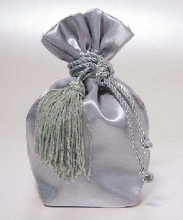 μπομπονιέρα γάμου πουγκί ασημί σατέν με φουντίτσα διακοσμητική και κορδόνι στριφτό σατέν