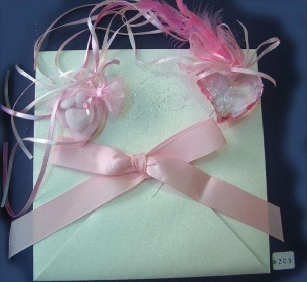 Προσκλητήριο γάμου με ροζ κορδέλα.