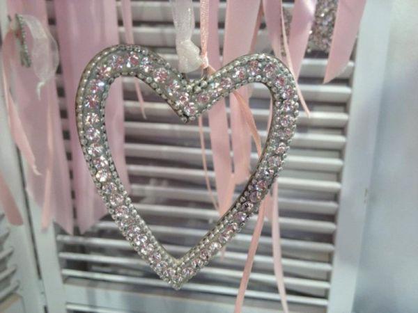 μπομπονιέρα γάμου κρεμαστή καρδιά με στρας, κορδελάκια και κρεμαστά κουφέτα