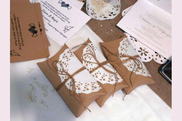 προσκλητήριο γάμου συνδυασμός craft λευκό και μπομπονιέρα